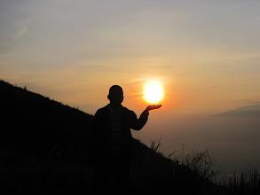 Photo: Saya meraih matahari di puncak gunung Penanggungan. Sebuah perjalanan pendakian ke gunung Penanggungan, 22-23 Desember 2012.