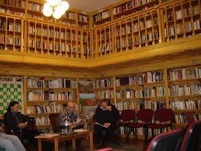 Photo: Pákozdy Miklós felovasása, Heine versek műfordításait adja elő. Pákozdy középen, jobbról Árpás Károly, balról Diószegi Szabó Pál.