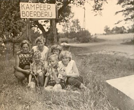 Photo: Nijverdal 1959  v.l.n.r. Reina Pepping, Jantje Martens, Seichien Oosting en Jantje Moek. De twee jongens zijn onbekend, zij verbleven met hun ouders ook in de boerderij