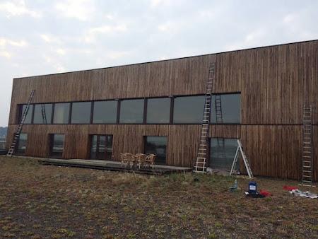 Olieën hout bedrijfsgebouw te Leuven - dak schilderen Leuven