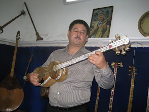 Photo: Musician in Shir Dor Madrassa