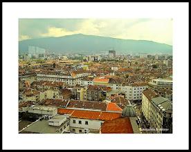 Photo: Una panorámica de Sofía. Al fondo se puede apreciar el imponente perfil de la montaña Vítosha, de la que hablaré más detalladamente a continuación. Volvamos ahora al libro.