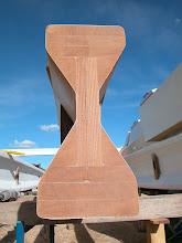 Photo: Zwei senkrechte Lagen Sperrholz, darauf vier dreieckige Stringer. Darüber und darunter drei Lagen Vollholz. Two vertical sheets of plywood, four triangular stringers. On top and beneath three layers of solid wood