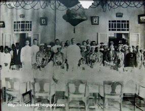 Photo: I-Mappanjukki, I-Bunta Karaeng Mandalle, Karaeng Ribura'ne, Arung Barru I-Djonjo, I-Pangerang Daeng Rani (Putra I- Mappanjukki). Sedang anak di depan I-Mappanyukki, kemungkinan adalah Bau Massepe, putra I-Mappanjukki. (Foto tahun 1924). Tempat di rumah I-Tjincing Daeng Makkilo Karaeng Lengkese Jongaya, Gowa (Tahun 1971 dibangun Gedung PPSP-IKIP yang kemudian tahun 1986 ditempati SMA Negeri 11 Makassar). Koleksi pribadi. http://nurkasim49.blogspot.co.id/2011/12/iii.html