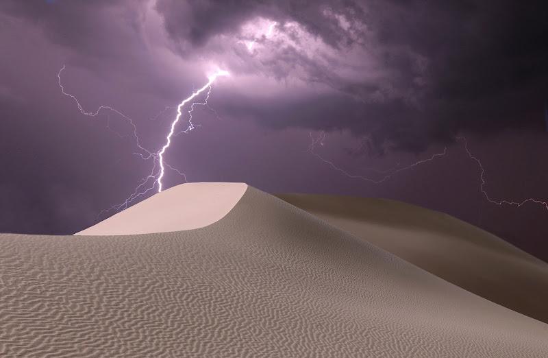 Tempesta di fulmini nel deserto di Pensatore