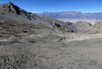 Photo: Dans la descente du Goma La (Makar La au premier plan et Ghemi La à droite)