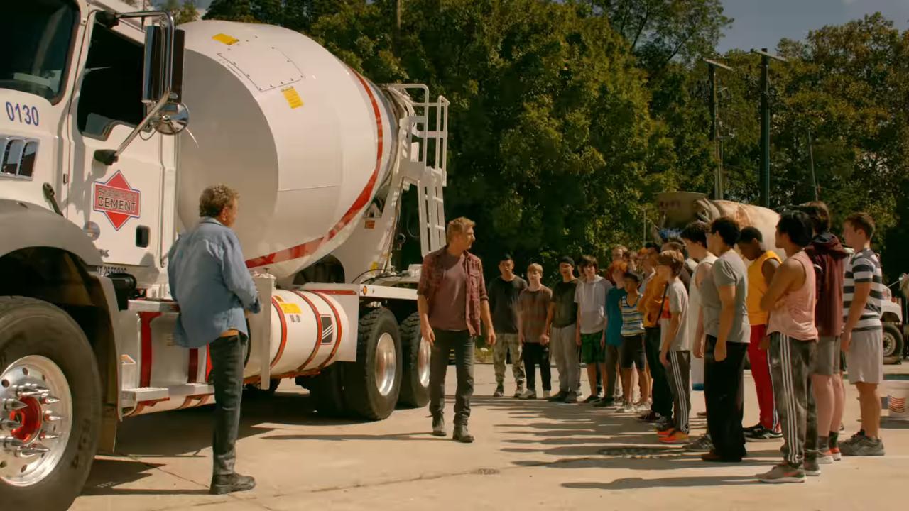 Un grupo de personas alrededor de una camioneta  Descripción generada automáticamente con confianza media