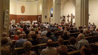 Photo: L'església era plena de gom a gom.