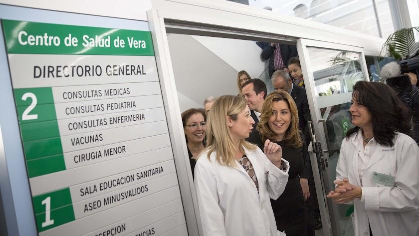La presidenta de la Junta, en el centro de salud de Vera.