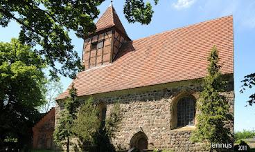 Photo: Dorfkirche Genzkow und Mausoleum  Die Kirche bei Neubrandenburg ist aus soliden behauenen Feldsteinen im 13. Jht. errichtet.