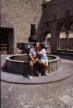 Photo: 20giugno 1996: bacio sul bordo della fontana sul terrazzo della Loggia di Palazzo papale a Viterbo