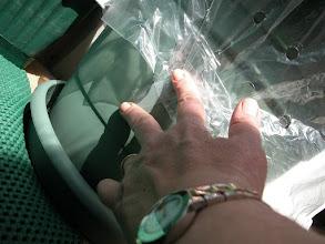 """Photo: Rüzgardan açılmasın diye dipten yapiskan bantla bir ki yerden tutturuyoruz. Bir iple bağlamak da olabilir ki az sonra bunun için bir """"lastik"""" kullanmanın daha iyi olacağını keşfedeceğiz!"""