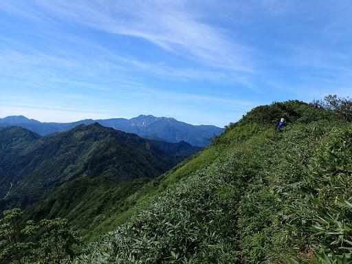 山頂へ(奥は白山)