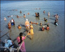 Photo: Мертвое море Сочетание белых русских и коричневых индейцев показалось достаточно забавным.