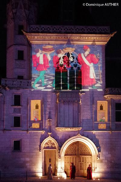 Photo: Illumination sur la façade du Palais Jacques Coeur à Bourges, cliché pris à main levée avec un Pentax K-5 à 6400 iso