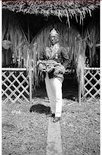 Photo: Mara'dia Mamuju,  Djalalu Amanna Indar (1908 - 1950). Kerajaan Mamuju masuk dalam Afdeeling Mandar meliputi Onder-afdeeling Majene, Balangnipa-Binuang, Binuang dan Pitu Ulunna Salu, Mamuju, dengan ibukotanya di Majene. Djalalu Ammana Indar bersama dengan Ramang Patta Lolo (Mara'dia Majene), Andi Baso (Mara'dia Balangnipa atau Balanipa), Pawelai (Mara'dia Cenrana),  Tenralipu (Mara'dia Pambauang atau Pamboang),  Lamaga (Aru Malolo Binuang), Abdul Hafid (Mara'dia Tappalang  atau Tapalang) turut serta dalam pembentukan Gabungan Celebes (Sulawesi) di Watampone, Bone tanggal 18 Oktober 1948 yang dihadiri 30 pemerintah kerajaan di Sulawesi. Mara'dia Mamuju, Mandar: 1820 – 1840 Ammana Komba 1840 – 1860 Tomappelei Kasu Ditana 1860 – 1870 Panre 1870 – 1890 Nai Latang (pr) 1890 – 1895 Na E Sukur 1895 – 1908 Karanene 1908 – 1950 Djalalu Amanna Indar. Sumber gambar : Tropen Museum Amsterdam (diedit). https://nurkasim49.blogspot.co.id