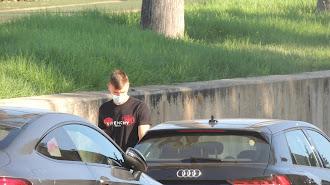 Nikola Maras saliendo del Estadio tras pasar el test.