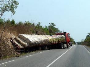 Photo: ce poids-lourd, en pleine ligne droite ! Le danger routier est permanent au Bénin