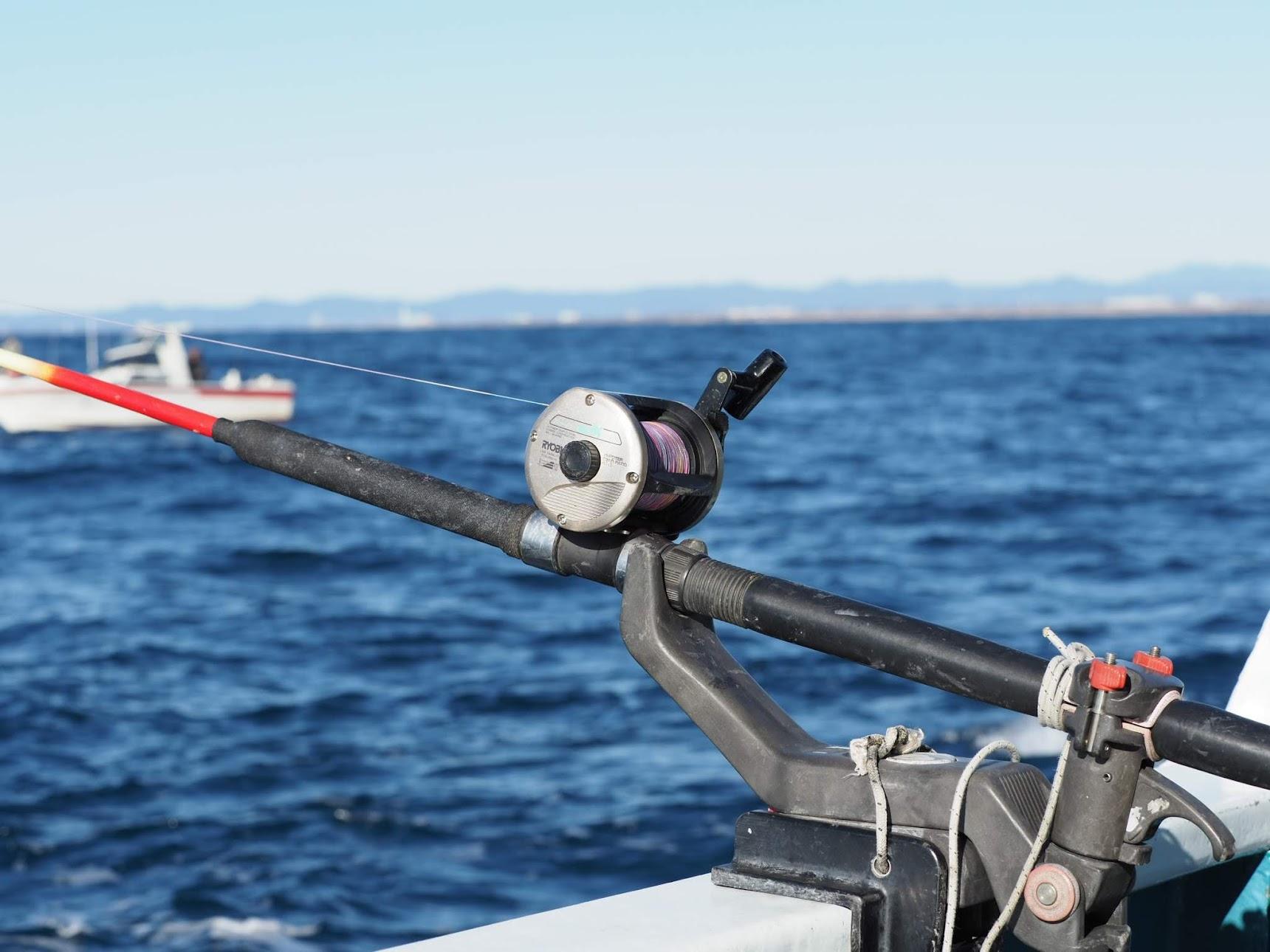 船釣り用の竿とリール