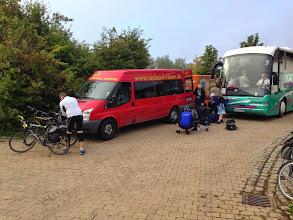 Photo: Am nächsten Morgen müssen wir aufpassen, dass keiner in den falschen Bus einsteigt, denn die Hochzeitsgäste boarden gleichzeitig.