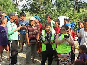 Photo: Voluntarios de la Fundació Casa del Tibet con los afectados por el terremoto en la aldea de Khalte, distrito de Dhading.