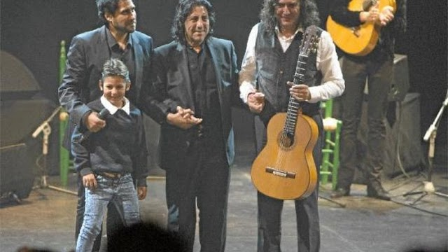 Josele, en el centro, de la mano de su hijo Niño Josele y de Tomatito en el Maestro Padilla en 2015.