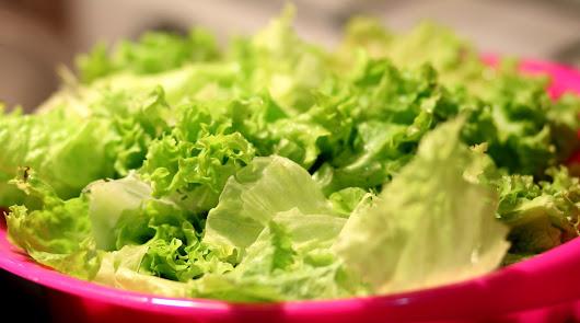 Aguja a la plancha, ensalada y una patata hervida para un miércoles saludable