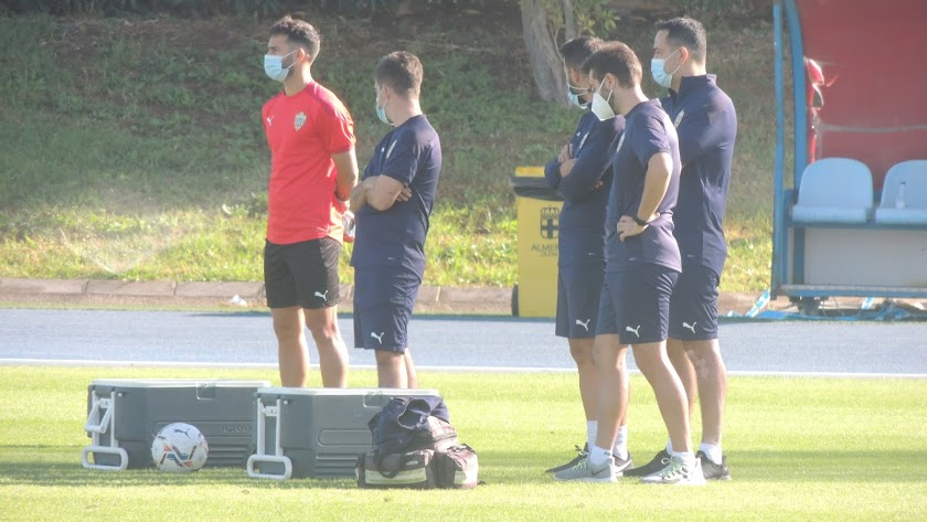 José Carlos Lazo viendo el entrenamiento al margen del grupo.