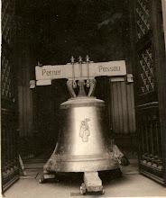Photo: Sino da Catedral de São Pedro de Alcântara em exposição na porta da igreja. Foto da década de 60