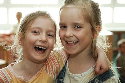 Zwei Kinder freuen sich.