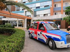 Photo: 407 SPB.Qawra.hôtel Dolmen, entrée, taxi aux couleurs anglaises