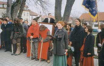 Photo: Święto Patrona Szkoły, 03 2001 r. przed pomnikiem Matejki