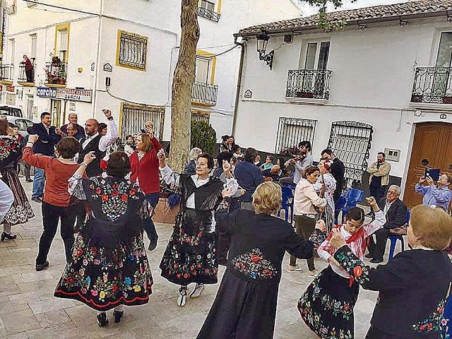 El folclore que llena las calles de algunos pueblos en Navidad no entiende de edades.