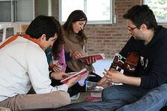 Photo: Los bastoneros seleccionando los cantos devocionales,