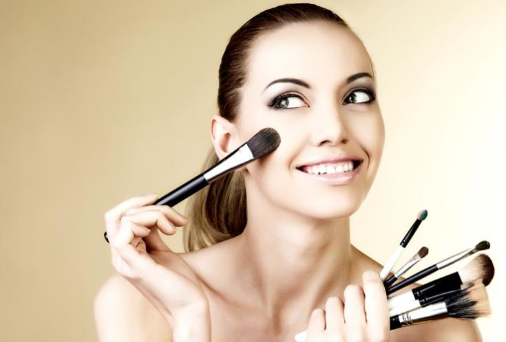 Процесс нанесения макияжа