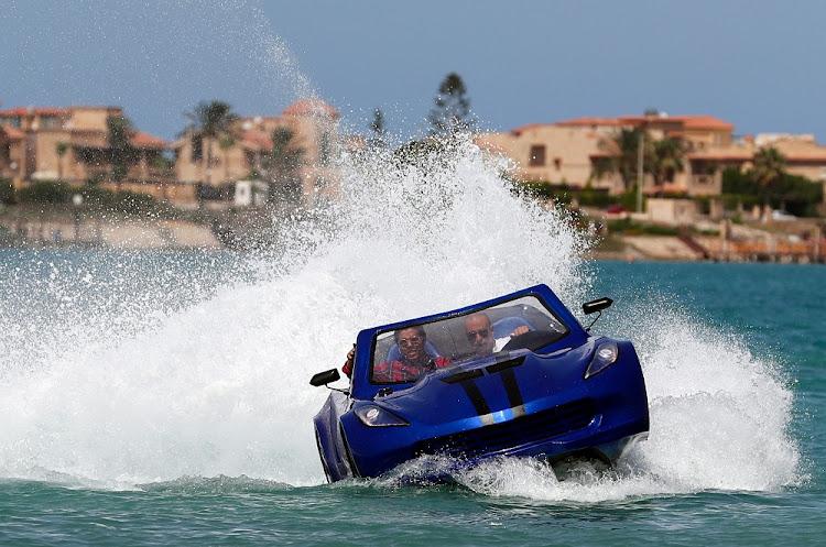 Karim Amin,29岁的三名埃及人之一设计和发明了一种可以在水上驾驶的车辆。