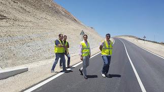 El diputado de Fomento visita una carretera.