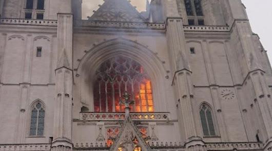 Francia revive sus pesadillas: fuego intencionado en la catedral de Nantes