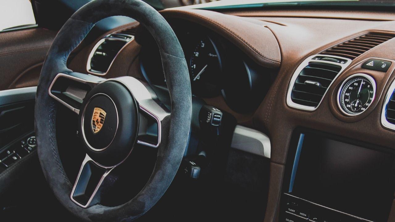 Margaux Klein roule en Porsche