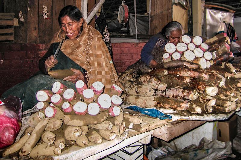 Mercato  Cusco, preparazione bietole. di brunosma