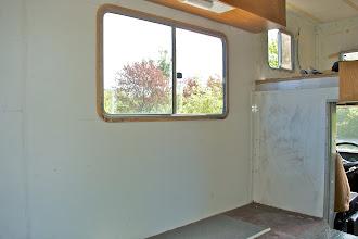 Photo: Bank raus, Tisch raus - das Fenster wird 'upgegraded'.