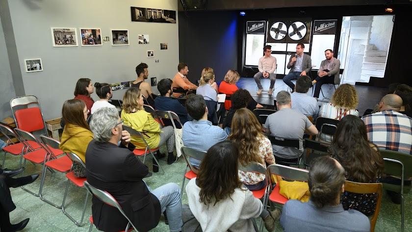 Imagen de la reunión celebrada ayer en La Oficina.