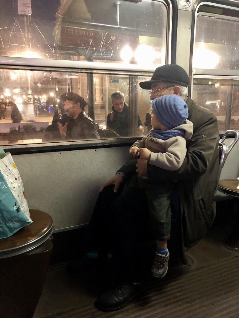 Nonno e nipote sul tram di Martine
