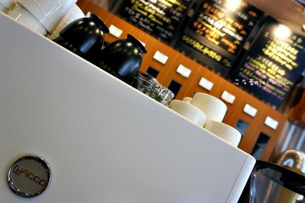 161烘焙咖啡屋 隱身河堤旁 小店一枚。