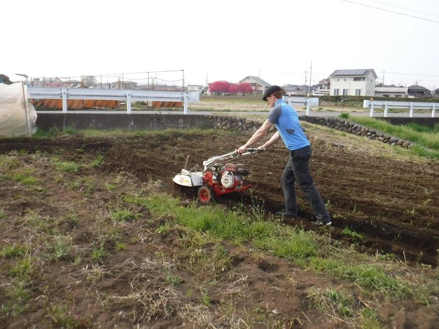 うさぎの畑を耕耘していたら、「使ってみたい」と耕耘機を操作してみるジャンフィ。
