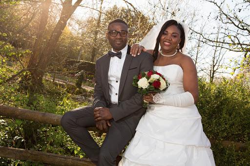 portrait de mariés dans un parc colline aux oiseaux
