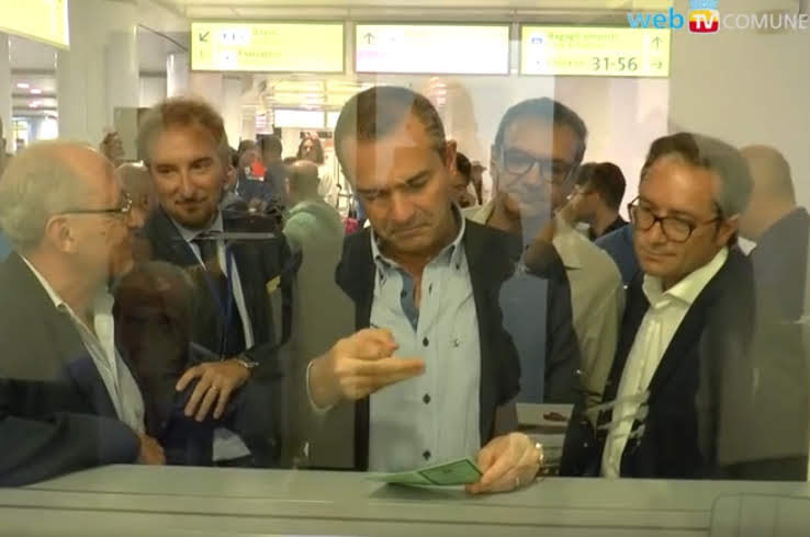 Il sindaco De Magistris all'inaugurazione dello sportello anagrafe