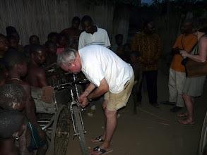 Photo: Jacques répare aussitôt les freins !