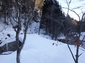 雪に埋もれた橋を渡る