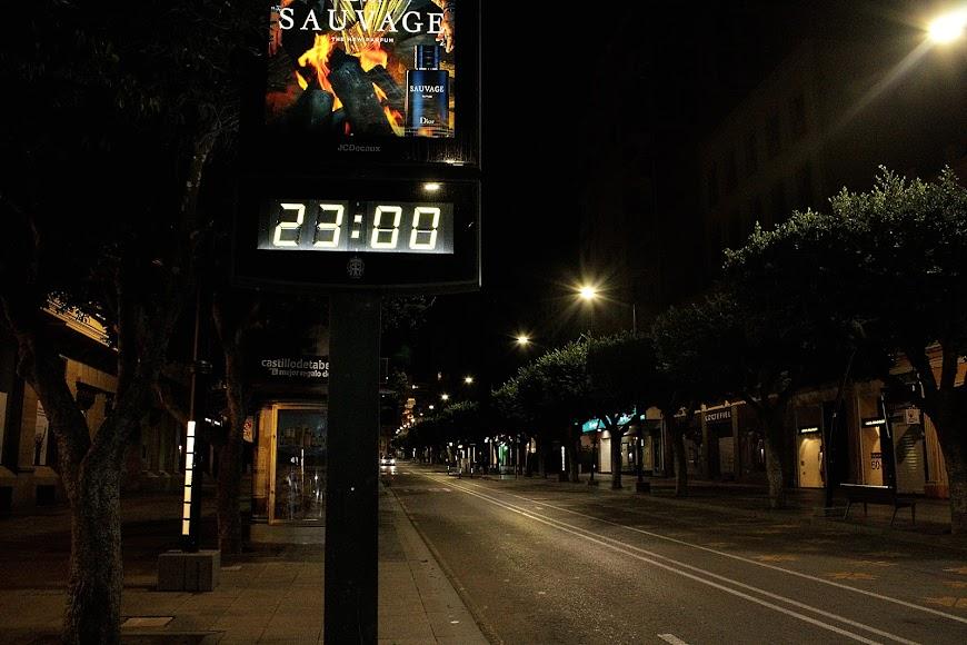 Las once de la noche en el Paseo de Almería, hora del inicio del toque de queda.